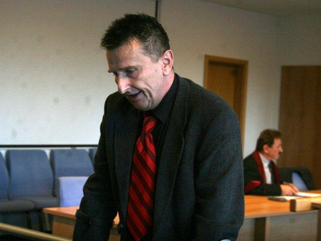 Nepravomocně odsouzený Pavel Sousedík čeká na operaci kyčlí. Podle jeho slov nemůže najít operatéra, který by zákrok provedl. Odmítlo jej prý už dvaadvacet klinik.