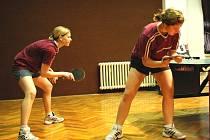Stolní tenistky Hluku Lucie Žmolíková (vlevo) a Aneta Kučerová.