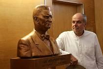 Bustu Jana Antonína Baťi vytvořil sochař Radim Hanke