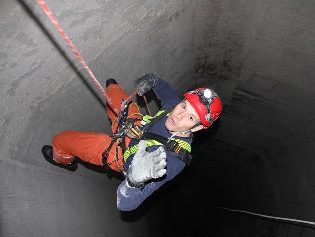 Specialisté záchranáři trénovali uvnitř sila v Lípě.