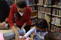 V knihovně se vyrábělo, četlo, kouzlilo.