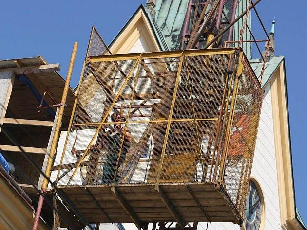 Oprava střechy na zlínském kostele sv. Filipa a Jakuba pokračuje.