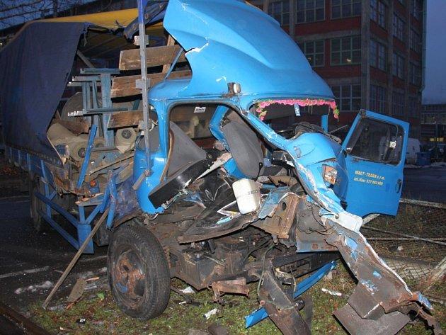 Nehoda nákladního auta s lokomotivou v areálu Svit.