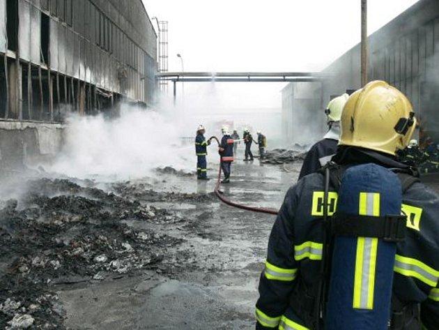 ZÁSAH. Hasiči likvidují požár podniku v Hluku.
