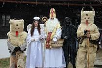 Svatý Mikuláš nechodí nadělovat sám. Při jeho obchůzce ho bude doprovázet družina, k níž patří postavy anděla, čertů, laufrů, smrtek nebo františkána.