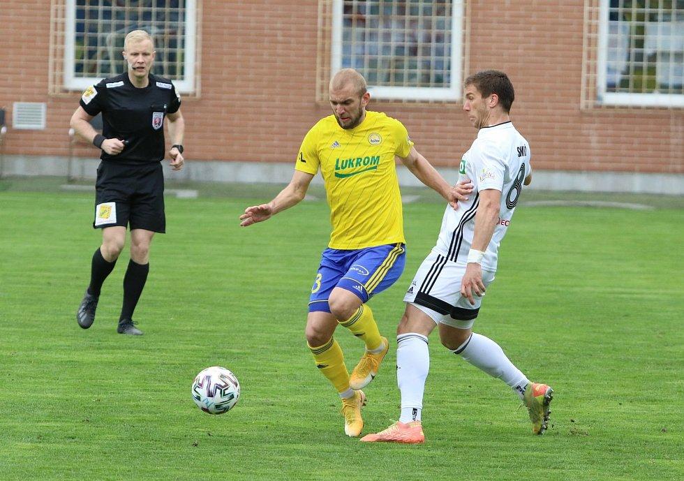 Zkušený fotbalista Marek Hlinka (vlevo) zatím neví, zda bude dres Fastavu nosit i v příští ligové sezoně.