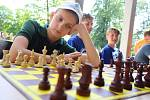 Mistrovství ČR školních družstev v šachu  ve Zlíně. Simultánku hraje šachový mistr Jakub Roubalík (FIDO 2410) v Parku Komenského.