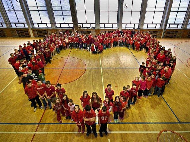 Vytvořením velkého živého srdce si žáci a učitelé ze zlínské 12. základní školy připoměli v úterý 14. února svátek svatého Valentýna.