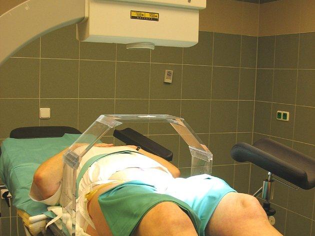 Snímkování pacienta pomocí tzv. C-ramene a zaměřovacího můstku.