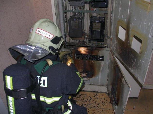 Přes třicet lidí vyhnal v noci z pátku na sobotu na zlínském sídlišti Jižní Svahy před dům požár elektrických rozvaděčů.