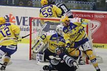 Extraligoví hokejistí Zlína (ve žlutém) v neděli ve 35. kola hostili Vítkovice. Na snímku Jiří Marušák.