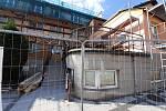 Práce na obnově poškozené střechy internátu Střední odborné školy Luhačovice pokračují. Hotovo má být do konce prázdnin.