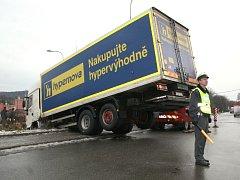 Náledí ohrožuje bezpečnost na silnicích.