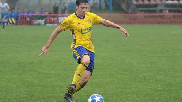 Fotbalisté Otrokovic (v bílých dresech) prohráli v 6. kole MSFL se zlínskou rezervou 0:4. Na snímku Vilem Gettler.