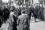 VALAŠSKÉ KLOBOUKY, MASARYK. V roce 1924 poctil město návštěvou prezident T. G. Masaryk. Na náměstí jej přivítali členové zastupitelstva, legionáři i představitelé spolků včetně hasičů.