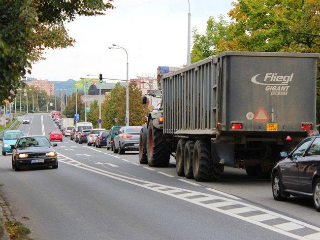 V Otrokovicích se tvoří dlouhé kolony aut kvůli opravě dálnice a zavření nájezdu na ni hned na začátku města.
