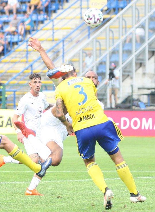 Fotbalisté Fastavu Zlín (žluté dresy) proti Slovácku