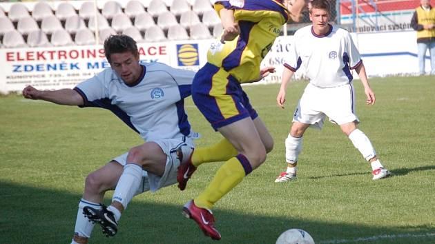 KDO Z KOHO? Útočník juniorky Slovácka Václav Ondřejka (vlevo) bojuje o míč se zlínským záložníkem Zdeňkem Konečníkem.