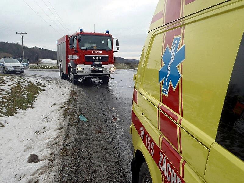 Jednoho zraněného účastníka nedělní nehody u Lukovečku na Zlínsku museli odvézt do nemocnice zdravotničtí záchranáři.