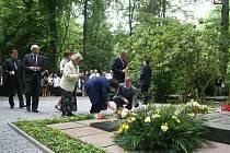 KLADENÍ KVĚTIN. Piety se zúčastnili představitelé Nadace Tomáše Bati, univerzity, hasičského sboru i politici.