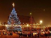 Vánoční strom v Chebu stojí na náměstí Krále Jiřího. Je z okolí Plesné a tentokrát byl vysoký téměř čtrnáct metrů. Musel se ale zkrátit, takže jeho výsledná výška je asi dvanáct a půl metru.