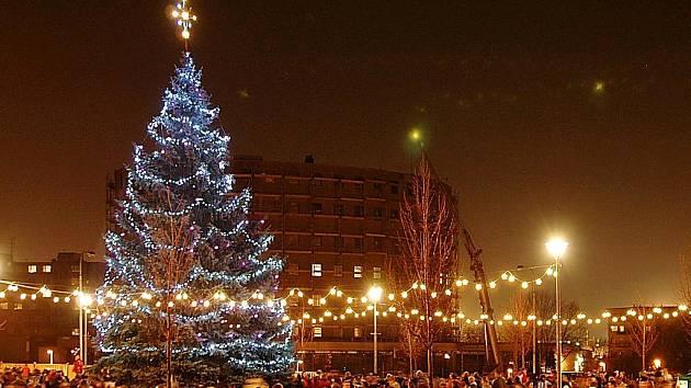 ZLÍNSKO: Jako jeden z prvních na Zlínsku se 27. listopadu rozzářil vánoční strom v Otrokovicích. Tamní náměstí 3. května zdobí padesátiletý stříbrný smrk.