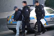 Policisté přivážejí Pavla Čanigu k soudu ve Zlíně.