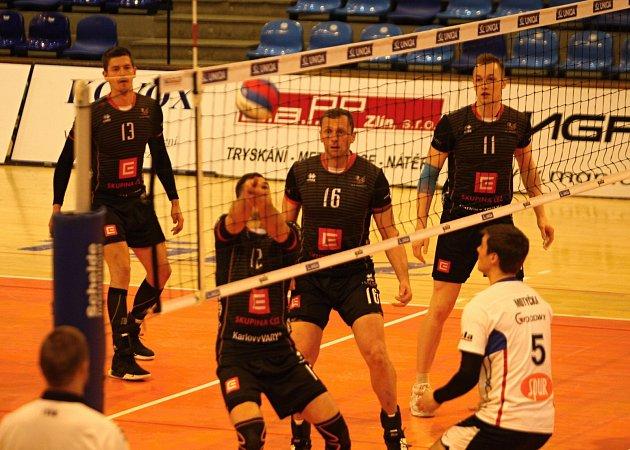 Volejbalisté Zlína v úvodním čtvrtfinále Českého poháru mužů prohráli na domácí palubovce s favorizovaným Karlovarskem 0:3 na sety. Odveta se hraje za měsíc.
