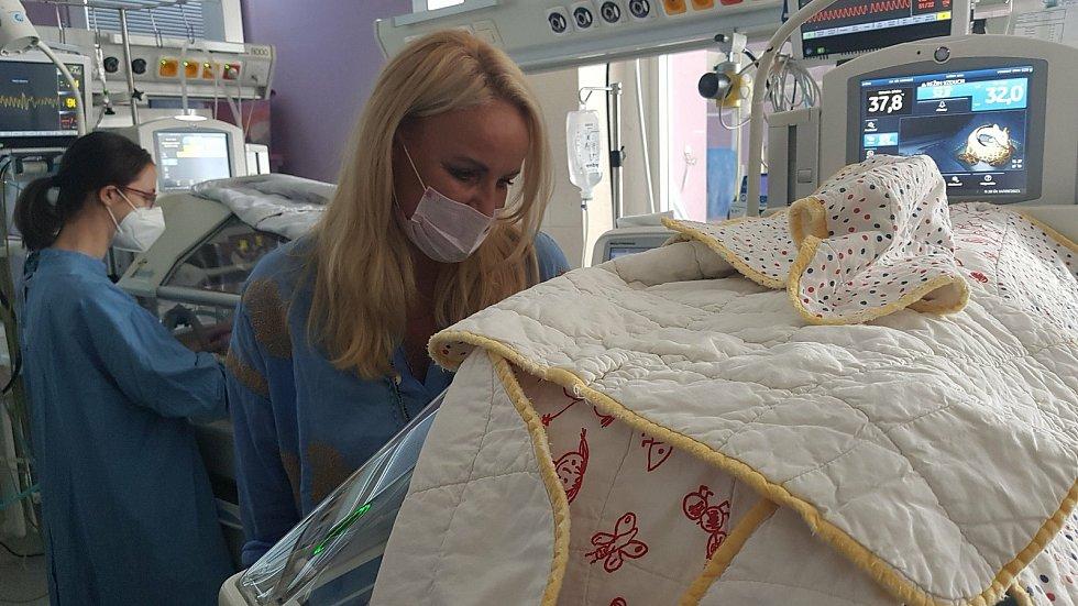 Nadační fond Kapka Naděje věnoval Novorozeneckému oddělení Krajské nemocnice T. Bati ve Zlíně pět resuscitátorů. Dar vcelkové hodnotě 400 tisíc osobně předala Vendula Pizingerová.