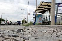 Havarijní stav zastávky MHD Šrámkova v Loukách ve Zlíně.