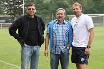 Trenér Zlína Aleš Křeček (vpravo) a někdejší ředitel zlínského klubu Ladislav Valášek (uprostřed) se svým nástupcem Leošem Gojšem