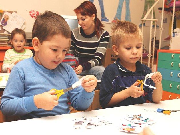 Výroba vánočních ozdob v Dětském domově na Burešově