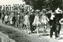 DESÍTKY LET ZPÁTKY. Dětský karneval – průvod dětí k tanečnímu kolu.