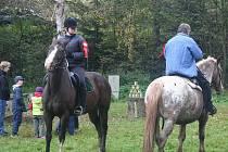 Na Držkovou vyrazili na Hubertovu příznivci koní s nimi i bez nich.