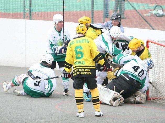 Hokejbalisté Malenovic (v bílém). Ilustrační foto
