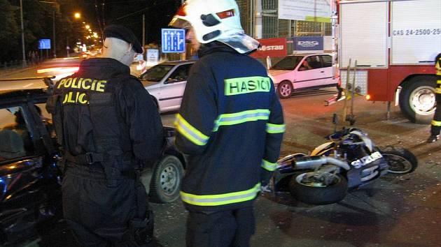 Na třídě Tomáše Bati v centru Zlína srazil motocykl s osobním autem.