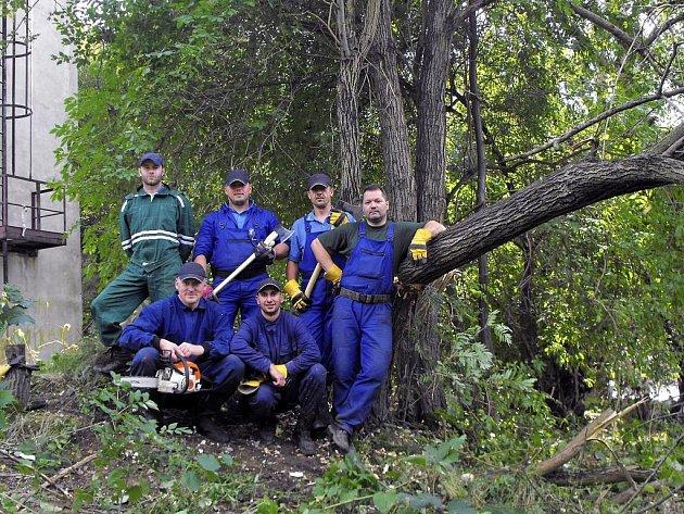 Šestičlenný tým strážníků se vydal dobrovolně pomáhat do zaplavené Chrastavy. Při práci se hodily i zkušenosti a schopnosti, které strážníci využívají i při každodenní službě.