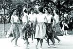 MORAVSKÁ BESEDA. Kulturní dění v Pozlovicích má velkou tradici. 1. července 1962 se v obci pořádal Tělovýchovný den. Zaujatí malí chlapci přihlížejí tanci žen, které na této události vystoupily se skladbou Moravská beseda.