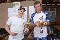 Hokejový brankář Libor Kašík (vlevo) vyhrál turnaj osobností společně s tenisovou legendou Jiřím Novákem.