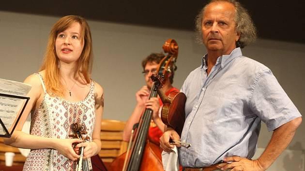 S JEDNOU ZE STUDENTEK. Na Akademii Václava Hudečka jsou přijímáni jen talentovaní hráči. Nechybí mezi nimi ani cizinci. Jejich motivací může být kromě investice do vlastního umění i cena pro toho nejlepšího housle za 100 000 korun.
