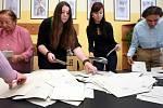 Sčítání hlasů volebního okrsku č.25  ZUŠ ve Zlíně.