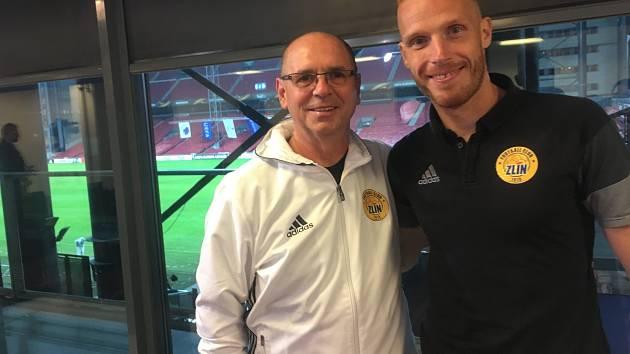 Trenér zlínských fotbalistů Bohumil Páník pózuje na stadionu v Kodani s univerzálem Tomášem Janíčkem.