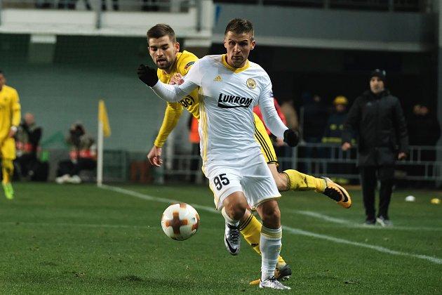 Bosenský záložník Mirzad Mehanović (v bílém dresu) v chladném večeru nešetřil krokem.