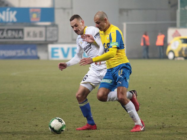 Krajní obránce Fastavu Zlín Róbert Matejov (v bílém dresu) nechce slova trenéra Petržely komentovat. Obdržený gól ale bere na sebe.