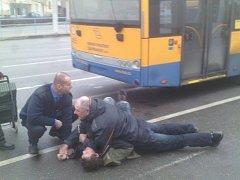 Cestující pod vlivem alkoholu napadl ve čtvrtek 15. prosince 2016 revizora Dopravní společnosti Zlín-Otrokovice. Museli jej zpacifikovat.