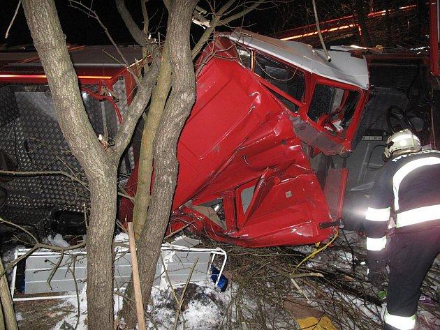 Dopravní nehoda cisterny hasičského záchranného sboru.