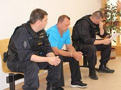 Obviněný údajný vůdce gangu zlodějů aut před řízením o vazbě u Okresního soudu ve Zlíně.