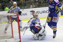 Extraligoví hokejisté Zlína (v modrém) proti kometě Brno.