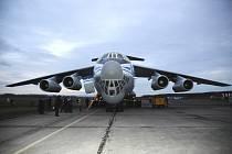 Obří nákladní letoun Iljušin přistál na kunovické letištní ploše