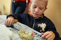 Děti v obecné knihovně v Komárově na Zlínsku ve čtvrtek 15. března malovaly kraslice a tvořily postavičky ze slaného těsta s velikonoční tématikou.